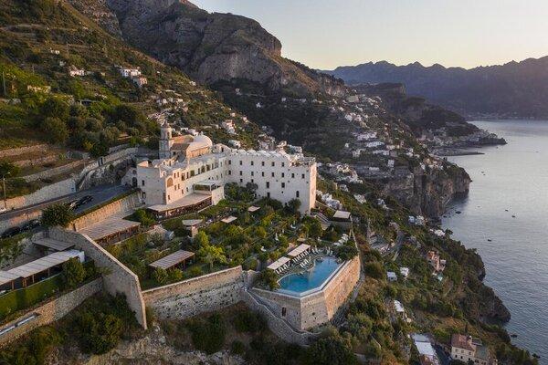 Nằm trên vách núi bên bờ Amalfi